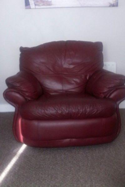 3 piece genuine Italian leather suite. 1 3 seater & 2 recliner armchairs off which 1 swivels